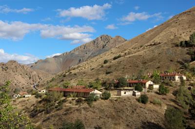 <p><strong>4.</strong> Cürek in yakın çevre coğrafyası ve  demir madeni yatakları ile ilişkisi<br />Ebru Omay Polat Arşivi,  2013</p>