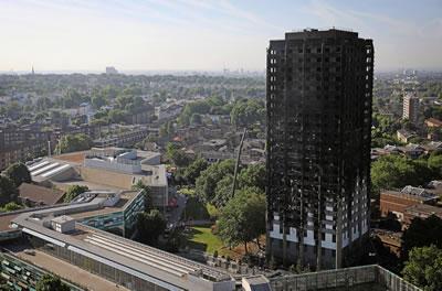 <p><strong>4.</strong> Gökdelenin yangından sonraki görünümü<br />Kaynak: www.bbc.com [Erişim: 14.7.2017]