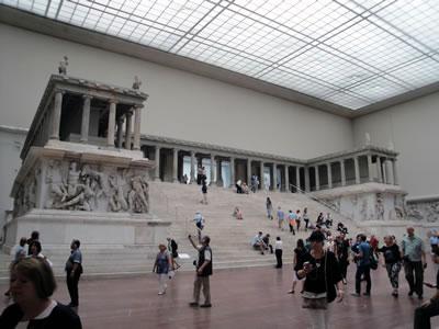 <p><strong>Resim  4.</strong> Zeus  Sunağının günümüzde Berlin Bergama Müzesindeki görünümü <br />  Fotoğraf: N. E.Karabağ, Haziran 2013</p>