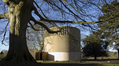 """<p><strong>4.</strong> Piskopos Edward King Şapeli, dış görünüş. """"Piskopos  Edward King Şapeli"""" Niall McLaughlin Architects tarafından tasarlanmış bir  yapıdır. Tasarım süreci araştırmayı gerektiren bir dizi soru üzerinden  yürütülmüştür. Sonuçta yapı, REF2014 kapsamında bir araştırma ürünü - mimarlığa  ilişkin yeni ayrıntılı buluşların etkin bir biçimde paylaşıldığı bir yapı  olarak değerlendirilmiştir. <br />"""