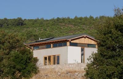 <p><strong>4a.</strong> Kırsalda samimi ve yenilikçi bir  çözüm: And Akman ile Merve Titiz Akmanın ortak girişimi Yapı Biyolojisi  Enstitüsü. Enstitü binası yapı biyolojisinin temel ilkeleri doğrultusunda ahşap  ve toprak temelli yerel, biyolojik malzemeler ve iklimlendirme teknolojileri  ile İzmir / Kadıovacık köyünde 2019 yılında inşa edildi. Proje müellifi: Mehmet  Şenol (eds-architects), Proje danışmanlığı: And Akman (YBE)<br />   Fotoğraflar:  And Akman</p>