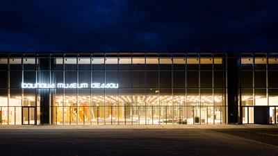 <p><strong>4a. </strong>Nisan ayında Weimarda, Eylül ayında  ise Dessau'da açılışı yapılan iki Bauhaus Müzesi</p>