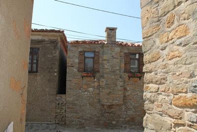 <p><strong>4a.</strong> Geleneksel konut dokusundan örnekler, Bademliköy, 2013</p>