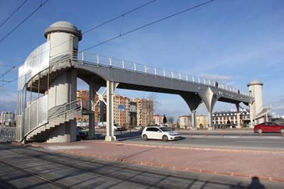 <p><strong>4a. </strong>Kesintisiz taşıt trafiğine konu olan yol  üzerindeki bazı üst geçitler: (üstten alta) Bosna Hersek, Japon Parkı, MTA, MEDAŞ</p>