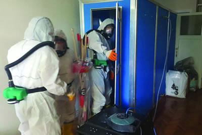 <p><strong>4a.</strong> Asbestli yapı  ürünlerinin yapıda incelenmesi<strong></strong><br />  Fotoğraflar: Kadıköy Belediyesi web sitesi</p>