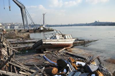 <p><strong>4a. </strong>İstanbul  Tersanesinde çöp yığınlarının arasından kullanılacak parçaların izinin  sürülmesi<br />(Fotoğraf: Caner Bilgin)