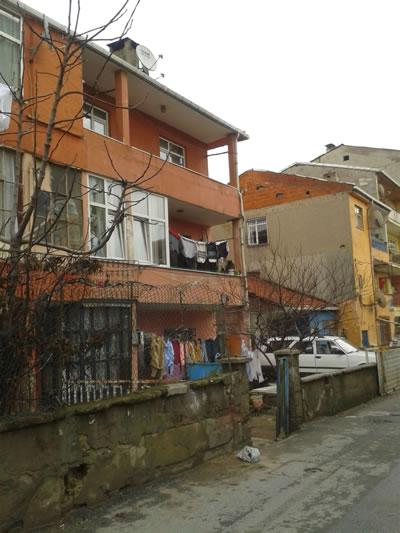 <p><strong>4a.</strong> Bölgedeki sokak  dokusu<br />  Fotoğraf:  Duygu Parmaksızoğlu<br />Kaynak: atilganblog.blogspot.com.tr/2014/08/fikirtepe-arif-atlgan-1950-ylndan.html
