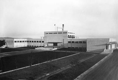 <p><strong>4a.</strong> Mecidiyeköy  Likör Fabrikası, 1930 lar<br />   Kaynak:  Türkiye Cumhuriyeti, ispirto ve İspirtolu içkiler İnhisarı İdaresi, Likör ve  Kanyak Fabrikası Albümü, Tekel İdaresi Arşivi</p>