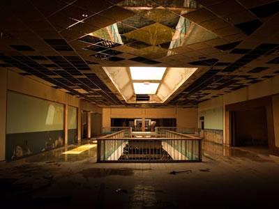 <p><strong>4a. </strong>Amerikalı fotoğraf  sanatçısı Seph Lawlessın terk edilmiş AVM leri konu edindiği fotoğraf serisinden<br />Kaynak: money.cnn.com/2016/11/16/news/dead-mall-photos-seph-lawless/