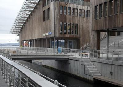 <p><strong>4a.</strong> Astrup Fearnley Modern Sanat Müzesi.  Mimar: Renzo Piano, Oslo Norveç.<br />   Fotoğraf: Bernard Kennedy</p>