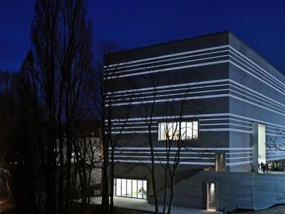 <p><strong>4b. </strong>Nisan ayında Weimarda, Eylül ayında  ise Dessau'da açılışı yapılan iki Bauhaus Müzesi</p>