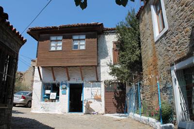 <p><strong>4b.</strong> Geleneksel konut dokusundan örnekler, Bademliköy, 2013</p>