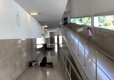 <p><strong>4b. </strong>Mimarlık  eğitimin çeşitli yüzleri: mekân (soldan sağa): Delft Teknoloji Üniversitesi,  Porto Mimarlık Okulu<br /> Fotoğraflar: Ayşen Ciravoğlu</p>