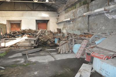 <p><strong>4b. </strong>İstanbul  Tersanesinde çöp yığınlarının arasından kullanılacak parçaların izinin  sürülmesi<br />(Fotoğraf: Caner Bilgin)