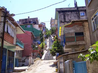 <p><strong>4b.</strong> Bölgedeki sokak  dokusu<br />  Fotoğraf:  Duygu Parmaksızoğlu<br />Kaynak: atilganblog.blogspot.com.tr/2014/08/fikirtepe-arif-atlgan-1950-ylndan.html