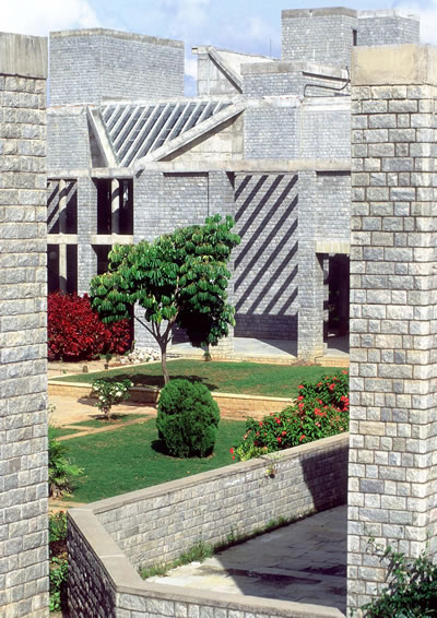 <p><strong>4b.</strong> Indian Institute of  Management, 1977–1992 (Aşamalı olarak), Bangalore, Hindistan</p>