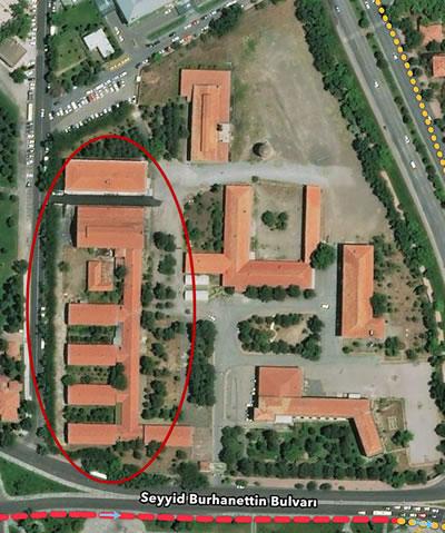 <p><strong>4b.</strong> İnşaat sonrası fotoğrafı ve  günümüzdeki vaziyet planı<br /> Kaynak: Kayseri Büyükşehir  Belediyesi Citysurf görüntüsü</p>