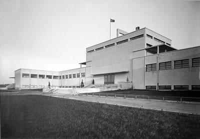 <p><strong>4b.</strong> Mecidiyeköy  Likör Fabrikası, 1930 lar<br />   Kaynak:  Türkiye Cumhuriyeti, ispirto ve İspirtolu içkiler İnhisarı İdaresi, Likör ve  Kanyak Fabrikası Albümü, Tekel İdaresi Arşivi</p>