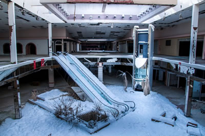 <p><strong>4b. </strong>Amerikalı fotoğraf  sanatçısı Seph Lawlessın terk edilmiş AVM leri konu edindiği fotoğraf serisinden<br />Kaynak: money.cnn.com/2016/11/16/news/dead-mall-photos-seph-lawless/