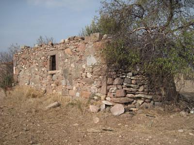 <p><strong>Resim 5(d).</strong> Erythrai ören yeri içinde yıkıntı durumundaki nirengi  yapılar<br /> Aziz Haralambos Şapeli</p>