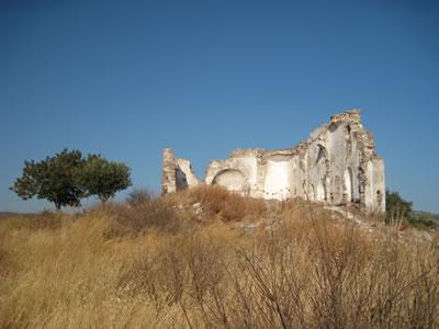 <p><strong>Resim 5(e).</strong> Erythrai ören yeri içinde yıkıntı durumundaki nirengi  yapılar<br /> Aziz Matrona Kilisesi</p>