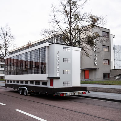 <p><strong>5.</strong>Van Bo  Le-Mentzel tasarımı Bauhaus karavanı, 2018.<br />   Fotoğraf: Mirko Mielke, © Savvy  Contemporary <br />