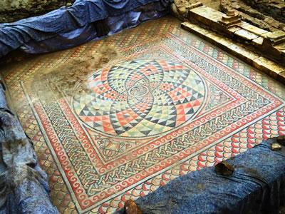 <p><strong>5.</strong> M.S.  1. yüzyıla ait, antik kent evlerinin tabanında süsleme olarak kullanıldığı  düşünülen mozaik kazı alanında bulundu.<strong></strong></p>