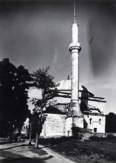 <p><strong>5.</strong> Son Cemaat Yerini Örten Kırma Çatı,  1965 Onarımı Öncesi<br />   Kaynak: VGM Arşivi<strong></strong></p>