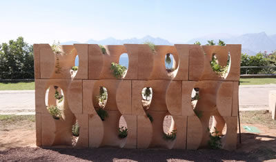 <p><strong>5. </strong>Kentsel mekânda  yenebilir bitkilerin yetiştirilmesi için tasarlanan ve bu bitkilerin ekimi,  bakımı, sulanması ve hasadı ile sürdürülebilir ve katılımcı bir kent bahçesi  strüktürü olan komün aksiyon duvar, sıkıştırılmış toprak ile Antalya / Karaali  Parkı'nda 2017 yılında gerçekleştirilmiş yaratıcı bir mimari üretim. Proje  müellifleri: POTplus Fulya Özsel Akipek, Tuğrul Yazar<br />   Fotoğraflar:  POTplus</p>