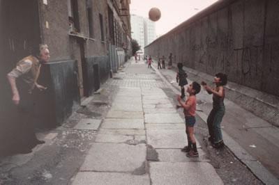 <p><strong>5.</strong> Duvarın gölgesinde göçmen mahalleleri <br />   Kaynak: Berlin Duvarı  Dokümantasyon Merkezi (Fotoğraf: Jürgen Müller-Schneck)</p>