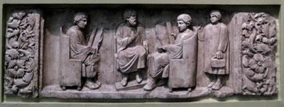 <p><strong>5.</strong> Üç öğrencisi ile Romalı öğretmen. Almanya  Neumagen yakınlarında bulunmuş bir rölyef. MS 180-185. <br /> Kaynak:  https://en.wikipedia.org/wiki/Education_in_ancient_Rome#/media/File:Roman_school.jpg  (Fotoğraf: Shakko)</p>