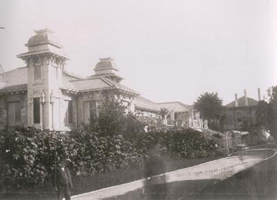<p><strong>5.</strong> Mimar  Lasciacın mimari yapıtlarını içeren eserden Hıdiva Sarayının yol tarafına  bakan cephesini gösteren bir fotoğraf</p>