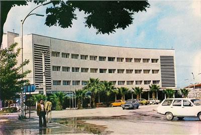 Ocak 2006'da belediye ekiplerince yıkılan, Muhteşem Giray ve Affan Kırımlı tarafından tasarlanmış Balıkesir'in ulusal yarışma yoluyla elde edilmiş oyan ilk ve tek yapısı Kervansaray Otel. (Kartpostal, 1980'ler) (Kaynak: boronvonplastik.blogspot.com.tr)