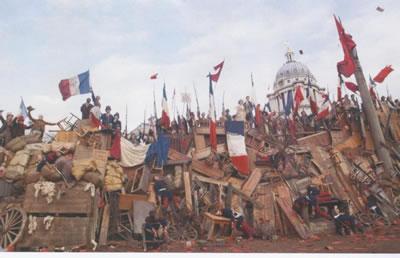 <p><strong>5.</strong> Fransız Devrimi, bir barikatın  yeniden canlandırılması</p>