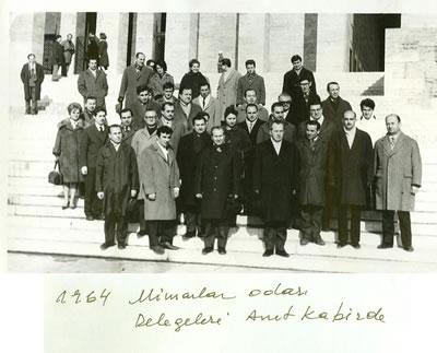 <p>1964 Mimarlar Odası  delegeleri Anıtkabir&rsquo;de</p>