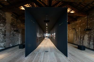 """<p><strong>5.</strong> AKM sergisi için  tasarlanan """"hafıza tüneli"""", Türkiye Pavyonu, 2014<br />  Enstalasyon fotoğrafı: Andrea Avezzù<br />"""