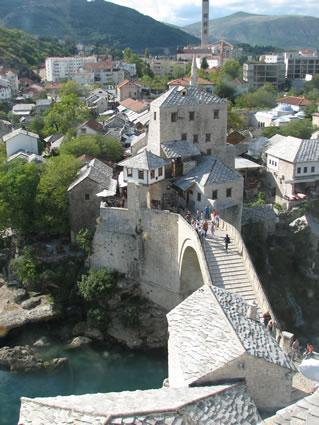 <p><strong>5.</strong> Mostar Köprüsü ve içinde bulunduğu çevre<br />  (Fotoğraf:  Z. Eres)</p>