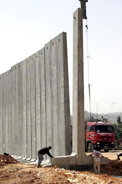 """""""Duvar""""ın inşaatı sırasında çekilmiş bir fotoğraf"""
