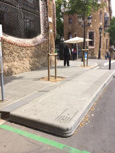 <p>Bedensel ve görme engelliler için  tasarlanmış otobüs durağı, Park Güell Ana Girişi, Barselona.</p>