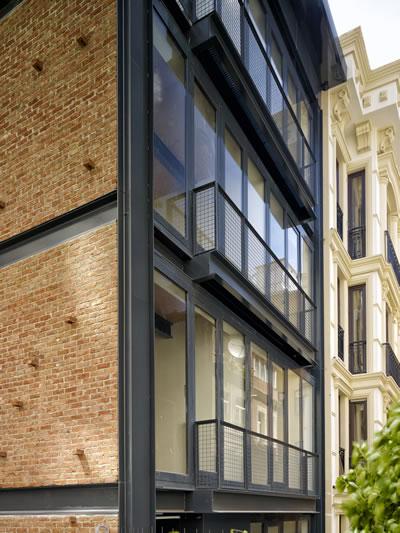 <p><strong>5.</strong> NoXX Apartmanı'nda  Kat Hizaları ve Saçak<br />  Fotoğraf:  Cemal Emden</p>