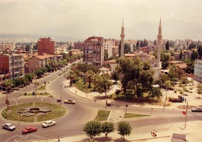 <p><strong> 5.</strong> Delikliçınar Meydanı,  1985<br />Kaynak: Stüdyo Cengiz</p>