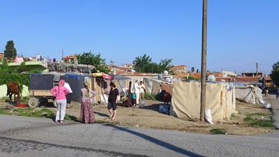 <p><strong>Resim 2.</strong> Çocukların oyun mekânı sokaklar<br />  Fotoğraf:  Duygu Gökce</p>