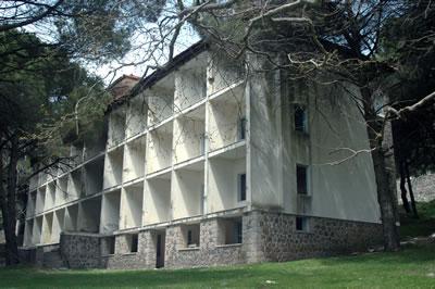 <p><strong>5.</strong> 1950'li yıllarda  yapılan ve otel olarak kullanılan Sanatoryum'un günümüzdeki durumu</p>