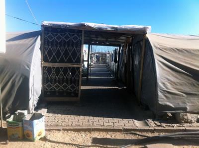 <p><strong>5. </strong>Diyarbakır Çınar Çadır Kampı,  koridor, 2015</p>