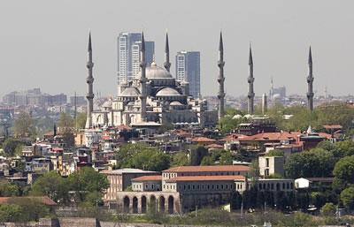 <p><strong>5.</strong> Sultanahmet Camisi ve arkasında Zeytinburnundaki 16/9  Kuleleri</p>