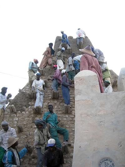 <p><strong>5.</strong> Tehlike Listesi&rsquo;nde kalması onaylanan Mali&rsquo;nin Timbuktu  miras alanında korunan geleneksel inşa teknikleri, 1 Şubat 2005<br />Kaynak:  UNESCO / Francesco Bandarin</p>