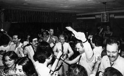 <p><strong>5. </strong>Yıldız Teknik  Üniversitesinde Dekanlığı döneminde, öğrencilerle bir okul yemeğinde,  1970lerin sonu<br />  Kaynak: Mimarlar Odası İstanbul BK Şubesi Arşivi</p>