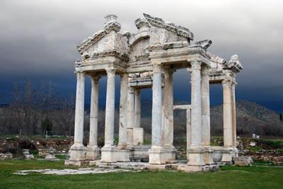 <p><strong>5. </strong>Tetrapylon, MS. 2. yüzyılda  yapıldığı düşünülmektedir. Yapının anastilosisi 1990 yılında Avusturyalı  mimarlar, Türk arkeologlar ve ustalar tarafından tamamlandı</p>