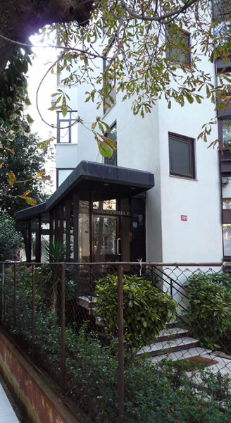 <p><strong>5. </strong>Kaplancalı  Apartmanı girişi<br />  Fotoğraf: B. S. Coşkun, 15.11.2010.</p>