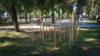 <p><strong>Gel-Git</strong><br />   Sacit Arda Karaatlı,  Lebriz Atan Karaatlı<br /> Parktaki ağaçların ve  dallarının yarattığı dinamik görüntünün soyutlanmasıyla elde edilen ahşap çubukların  oluşturduğu (hiyerarşik bir gabaride, anıtsal bir duruş sergileyen) strüktürün  içinden farklı farklı desenler oluşturacak şekilde ve kesintisiz bir biçimde  dolanan ipten yola çıkan proje, süreklilik temasını ele alıyor.</p>